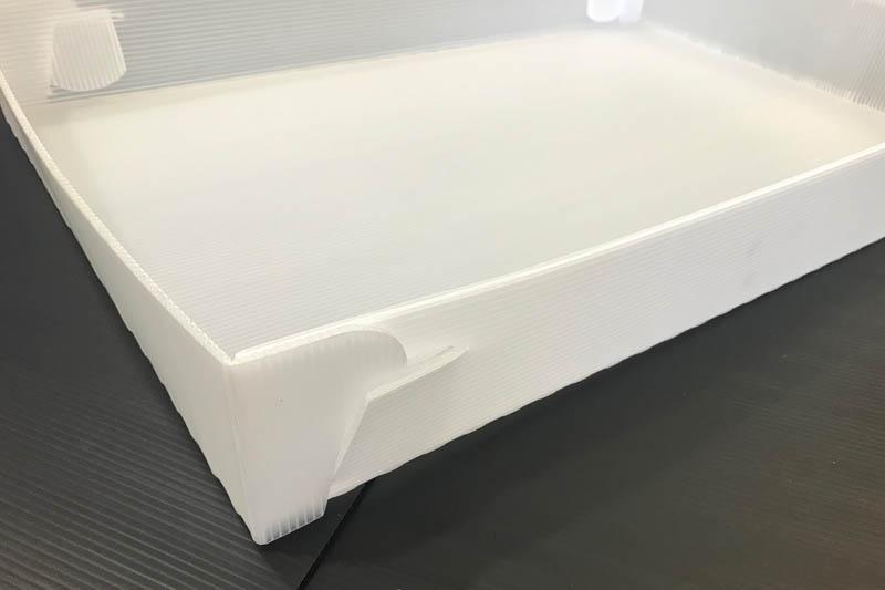 Nahaufnahme eines Kunststoffkartons von Tillmann Verpackungen