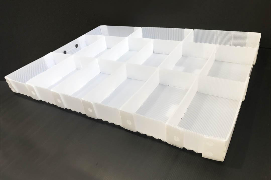 Ein weißes Kunststoff Gefache dient als Mehrwegverpackung - Tillmann Verpackungen Schmalkalden GmbH