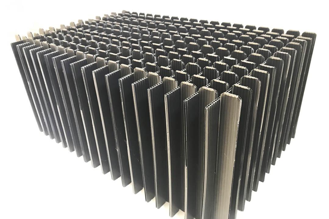 Ein großes Gefache aus Pappe dient als Mehrwegverpackung