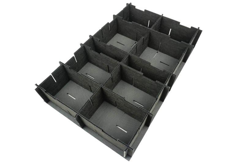 Ein schwarzes Kunststoff Gefache mit schwarzen Einsätzen dient als Mehrwegverpackung - Tillmann Verpackungen Schmalkalden GmbH